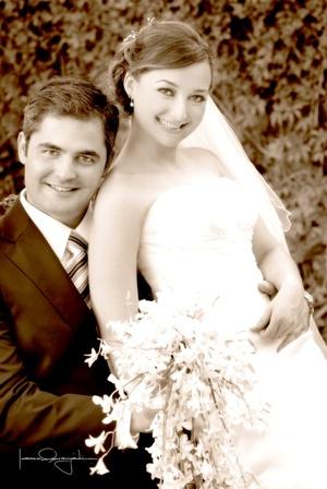 Sr. Carlos Jiménez Alonzo y Srita. Mary Carmen de Aguinaga Peraza unieron sus vidas en sagrado matrimonio en la parroquia de San Pedro Apóstol, el sábado 16 de agosto de 2008.  <p> <i>Estudio Laura Grageda</i>
