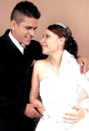 Sr. Francisco Isaí Gallegos y Srita. María Caridad Favela Camacho contrajeron matrimonio en la parroquia de San Antonio de Padua en Cuencamé el viernes cuatro de julio de 2008.
