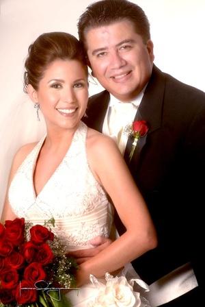 Sr. Alfredo H. Corrales y Srita. Paloma Mendoza López contrajeron nupcias recientemente.  <p> <i>Estudio Laura Grageda</i>