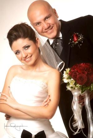 Sr. Abelardo Rodríguez Sifuentes y Srita. Vicky Balderas Salinas unieron sus vidas en sagrado matrimonio en la parroquia del Santo Cristo, el sábado 20 de septiembre de 2008.  <p> <i>Estudio Laura Grageda</i>