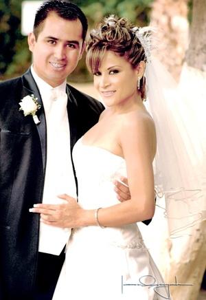 Sr. Leonardo Hernández Contreras y Srita. Érika Guillén Rodríguez contrajeron matrimonio en la parroquia de San Pedro Apóstol el viernes cinco de septiembre de 2008.  <p> <i>Estudio Laura Grageda</i>