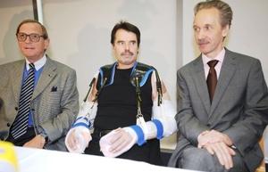 Un equipo de 40 cirujanos realizó en Alemania el trasplante más espectacular en la historia al colocar los dos brazos de una persona fallecida a un hombre que perdió esas extremidades hace seis años en un accidente en el campo.