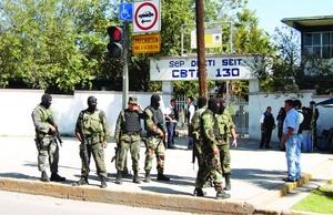 El comandante de la Décima Zona Militar, Moisés Melo García, manifestó que tras el operativo que se montó entre corporaciones estatales, municipales y federales, se logró la detención de dos presuntos delincuentes, se aseguraron diez vehículos, un rifle AK-47, así como una granada de fragmentación