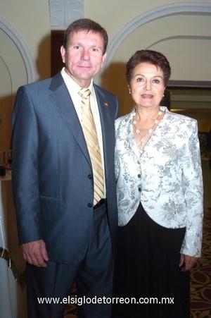 14102008 Carlos González, Cónsul de España en Torreón, acompañado de la señora Victoria de la Peña.