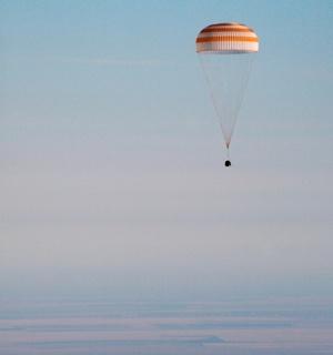 Una cápsula Soyuz que transportaba a una tripulación formada por un turista estadounidense aterrizó  en el lugar indicado en Kazajstán después de descender de la Base Espacial Internacional, al traer de vuelta a casa a los primeros dos hombres que siguieron los pasos de sus padres en el espacio.
