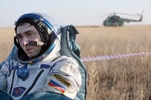 Volkov se sentó junto a Garriott. Hijo de un cosmonauta ruso, venció a Garriot al ser el primer ser humano en seguir los pasos de su progenitor cuando fue enviado a la base espacial hace seis meses, Kononenko, quien pasó 199 días en el espacio, fue el último en salir de la cápsula.