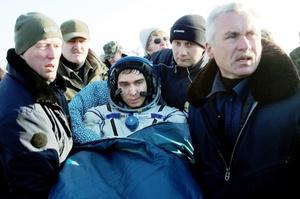 Equipos de rescate y recuperación viajaron a bordo de helicópteros y llegaron para liberar de la nave al estadounidense Richard Garriott y a los cosmonautas rusos Sergei Volkov y Oleg Konnenko, la cual aterrizó de costado en una superficie de grama y bajo cielos despejados.