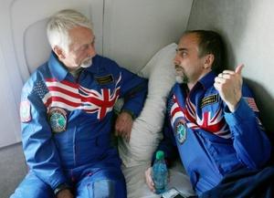 El sexto turista espacial, el estadounidense Richard Garriot, y dos cosmonautas rusos regresaron a la Tierra a bordo de la cápsula espacial Soyuz TMA-13.