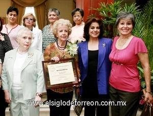 La Sociedad de Escritores Laguneros, A. C., llevaron a cabo la entrega de reconocimiento a Rosa Gámez Reyes Retana.