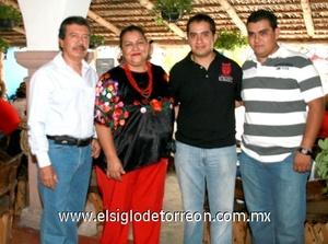 Rogelio Astudillo Gómez acompañado por sus padres Rogelio y Estefanía, y su hermano Alejandro.