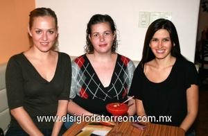 Claudia González de Iriarte, Cecilia Iriarte y Brenda Cavazos de Miñarro.