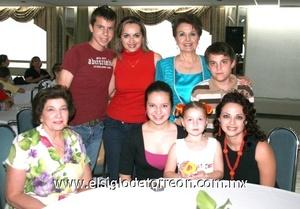 Victoria Acosta, mariana Nahle, Sofía Quezada, Gretel de Quezada, Roberto Quezada, Ulises Nahle, Cristina de Nahle y Vivi de la Peña.