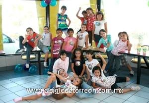 <b>Sus primeros nueve</b><p> Mary Tere Bredeé Fernández festejando su cumpleaños junto a sus amiguitas del colegio.