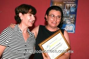 La labor social de Malena Luengo González fue reconocida con donativo y diploma.