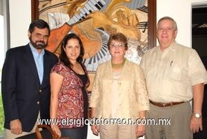 <b>Renueva Camerata a sus directivos</b><p> Antonio Méndez Vigatá y Gabriela Romero de Méndez vicepresidentes, Celia de Iriarte y Javier Iriarte secretarios.