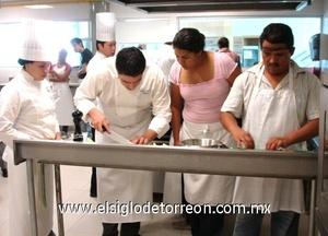Chef Víctor Sierra recomendando algunas de sus técnicas a los asistentes