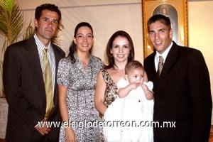 <b>Recibe las aguas benditas</b><p> El pequeño Santiago Russek Lamberta, junto a sus padres Fernando y Alejandra y sus padrinos Fernando y Marcela de Bustos.