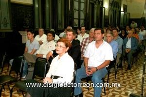 Los asistentes se mostraron muy interesados durante la presentación del libro.