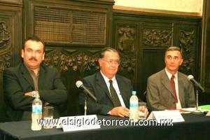 <b>Presentan libro</b><p> Jaime Muñoz, Sergio Corona y Felipe Eespinoza fueron los presentadores.