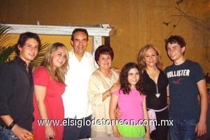 <b>Festeja en familia</b><p> Isidro Martínez Guerra acompañado por su esposa Rocío Ramos de Martínez; sus hijos Marisol, Isidro, Eugenio y María Paula; y su mamá Coty Guerra de Martínez.