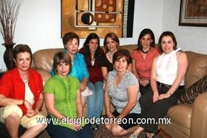 Fernanda Santoyo González festejando sus quince años al lado de su abuelita, mamá y tías.