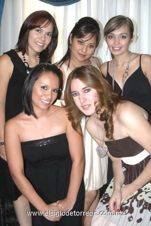 <b>Unión civil</b><p> Bertha Alicia Gutiérrez Cruz compartiendo su felicidad junto a sus amigas y testigos: Ana Claudia Flores, Angélica Torres, Perla Gómez y Lorena Meza.