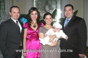 <b>Es bautizado</b><p> Antonio Gómez y Sarahi Dajlala, Fally y Abraham Dajlala, en el bautizo de Nicolai Daglala Chávez.