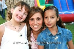 Gracia Landázuri con las niñas Natalia y Paula Díaz Velez.