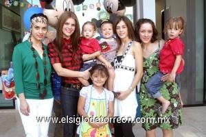 Carlitos Martínez Belausteguigoitia acompañado por sus tías Iasone de Fortoul, Karna de Ortíz y Karla Martínez Flroes.