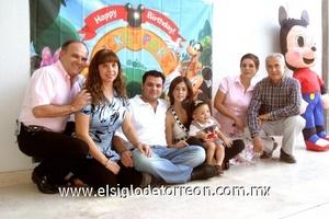 El pequeño Carlos junto a sus padres: Carlos Martínez Flores y Usua Belausteguigoitia de Martínez; sus abuelos paternos Carlos Marínez Reynoso y Aurora de Martínez; u sus abuelos maternos Javier Belausteguigoitia y Alicia Bassó de Belausteguigoitia.