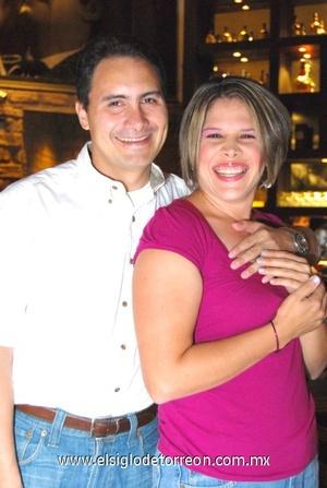 30102008 Édgar Aguilar, sorprendió a su esposa Hitzel con una fiesta sorpresa entre amigos