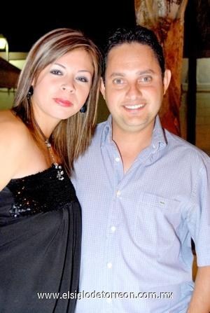 31102008 Karla Vargas de González y su esposo el festejado, Carlos González Chapa