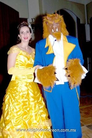 31102008 Liliana Zarzar de Giacomán y Omar Giacomán, se disfrazaron de La Bella y la Bestia