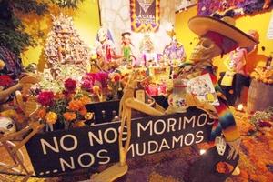 El origen del Día de Muertos se pierde en el tiempo, tiene un origen mesoamericano pero tras el contacto con Europa, concretamente, con España se da un sincretismo que actualmente confluye en una serie de festividades.