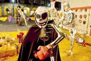 Las principales calles de México se han llenado de diferentes personificaciones de la muerte y varios altares con ofrendas para ella.