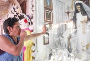 Cientos de seguidores del culto a la Santa Muerte comenzaron a congregarse hoy en el popular barrio de Tepito de la capital mexicana para rendirle tributo.