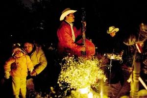 Una de las tradiciones de la festividad es encender en la noche velas, inciensos y veladoras que convierten a los cementerios en grandes jardines de fuego.