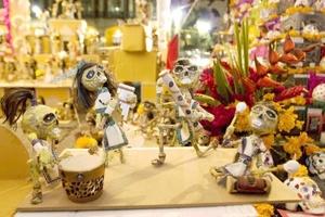 La fiesta es un modo de rescatar la cultura de los habitantes del país, y un ejemplo son los altares y ofrendas, donde con figuras prehispánicas y modernas, diversos colores y comida, se la celebra.
