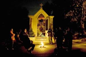 Desde el 1 de noviembre se celebra la entrada a la casa de las ánimas mayores, lo cual se marca por un camino hecho de flores y velas para que sigan los difuntos desde el más allá.