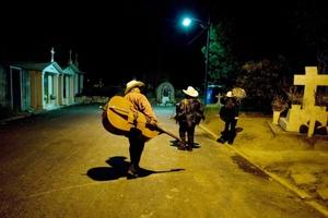 Millones de mexicanos conmemoraron el 1 y 2 de noviembre el tradicional Día de Muertos o de los Fieles Difuntos, una de las tradiciones más importantes del país. Los mexicanos acudieron a los cementerios con mariachis y el alcohol favorito del muerto.