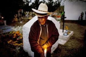Los mexicanos visitaron cientos de panteones para colocar flores y ofrendas en las tumbas de sus seres queridos, que lejos de representar un espacio de dolor, es alegre y colorido.