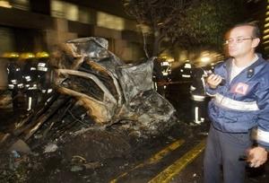 La avioneta se destruyó con el impacto y de inmediato se generó una explosión que motivó el fuego, que alcanzó a 17 vehículos.