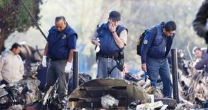 Los trece cadáveres que fueron levantados en la zona donde ocurrió la tragedia de la avioneta, se encuentran totalmente calcinados, físicamente irreconocibles, por lo que peritos de la Procuraduría General de Justicia del Distrito Federal (PGJDF) trabajan en estudios de sangre y genética en los cuerpos para su identificación.