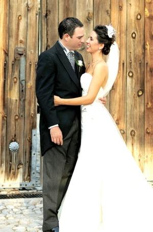 Sr. Luis David Villalobos y Srita. Jéssica A. Yacamán Peña unieron sus vidas en sagrado matrimonio en la capilla de Nuestra Señora del Rosario en Parras, Coah., el sábado 13 de septiembre de 2008.  <p> <i>Estudio Carlos Maqueda</i>