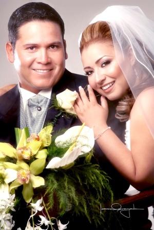 Ing. Óscar Osvaldo Muñoz Martínez y C.P. María Elena Gutiérrez Benítez e  recibieron la bendición nupcial en la parroquia de San Pedro Apóstol el sábado cuatro de octubre de 2008. <p> <i>Estudio Laura Grageda</i>