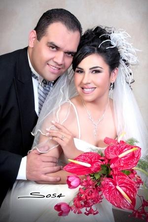 L.A.E. Salvador Veloz Sánchez y L.A.E.T. Claudia Marbella Castro Valenzuela contrajeron matrimonio en la parroquia de La Sagrada Familia el sábado 11 de octubre de 2008.  <p> <i>Studio Sosa</i>
