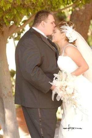 Lic. Juan Antonio Mejía Mora y Lic. Éricka Elizabeth Sánchez Escamilla contrajeron matrimonio en la parroquia de La Sagrada Familia el sábado 20 de septiembre de 2008.  <p> <i>Estudio Carlos Maqueda</i>