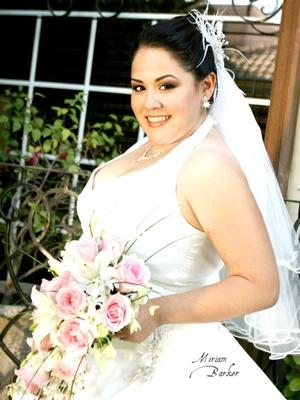 Srita. Alejandra Isabel Medina Juárez, el día de su boda con el Sr. Jaime Arguijo Silva.  <p> <i>Miriam Barker Fotografía</i>