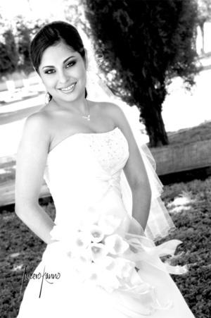 Srita. Bertha Alicia Gutiérrez Cruz, el día de su boda con el Sr. Julio Carlos Gutiérrez.  <p> <i>Estudio Lucero Kanno</i>