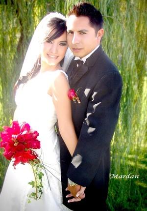 Sr. Jesús Alberto Rodríguez Hernández y Srita. Diana Iveth Murillo Flores contrajeron matrimonio en la parroquia de San Felipe de Jesús el sábado 11 de octubre de 2008. <p> <i>Estudio Mardan</i>